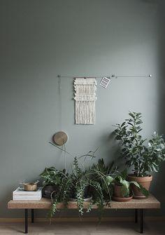 こちらのように、壁のインテリアに合わせて飾るのもおしゃれですよね。高低差をつけてバランス良く配置された植物は、まるでオブジェのような佇まい。シンプルなお部屋も、温かみのある優しい雰囲気になります。