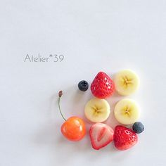 いいね!449件、コメント21件 ― A t e l i e r * 3 9さん(@atelier.39)のInstagramアカウント: 「. フルーツのパーツ* . #いちご #ブルーベリー #バナナ #さくらんぼ …* . フォトフレームの飾りになる子達です♡ . #フェイクスイーツ #スイーツデコ #ハンドメイド #手作り…」 Cute Polymer Clay, Cute Clay, Polymer Clay Miniatures, Diy Clay, Clay Food, Small Meals, Fake Food, Mini Foods, Diy Phone Case