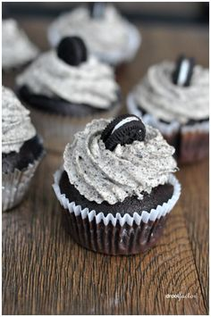 Oreo Cupcakes Oreo Cupcakes Bake Sale - Oreo Cupcakes<br> I'm a little obsessed with anything Oreos. I remember in the when cookies and cream was hip and happening. My greatest indulgence was cookies and cream thick shake. Large one pleas… Bake Sale Treats, Bake Sale Recipes, Baking Recipes, Cheescake Oreo, Fluffy Cheesecake, Milka Oreo, Cookie And Cream Cupcakes, Best Cupcakes, Cupcakes For Sale