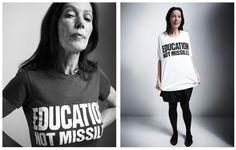 Katherine Hamnet fundó su marca en 1979 pero fue a principios de los 80´s cuando se hizo famosa por ser una de las primeras diseñadoras en usar la moda con fines políticos y así lo demostró en su colección de t-shirts.