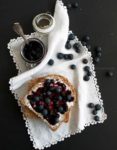 cream cheese and blueberry toasts | tostas de queijo creme e mirtilo