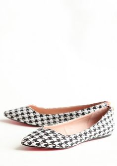 Houndstooth Flats By Betsey Johnson from Ruche. The shoes even have a cute pink/gold zipper in the back! Flower Shoes, Pointed Flats, Shoe Boots, Shoe Bag, Only Shoes, Houndstooth, Pumps Heels, Betsey Johnson, Me Too Shoes