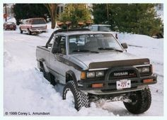 A snowstorm back in time to have some fun Nissan Pickup Truck, Nissan 4x4, Nissan Trucks, Cool Trucks, Pickup Trucks, Cool Cars, Pick Up Nissan, Bicicletas Raleigh, Datsun Car