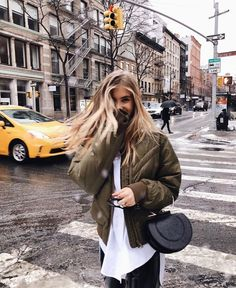 Shared by 𝐚𝐥𝐥𝐮𝐧𝐚𝐫𝐞. Find images and videos about girl, city and new york on We Heart It - the app to get lost in what you love. Look Fashion, Winter Fashion, City Fashion, 90s Fashion, Womens Fashion, Nyc Pics, New York Pictures, Fashion Designer, Foto Pose