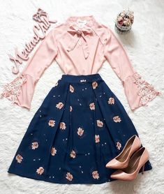 The dark and light color combo skirt outfits, modest outfits, classy outfit Skirt Outfits Modest, Modest Dresses, Pretty Dresses, Dress Skirt, Dress Outfits, Modest Wear, Navy Skirt, Modest Clothing, Denim Skirt
