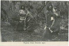 Mujeres Onas llevando agua