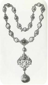 It weighs 175 grains, is a drop pearl of a greenish hue, with brilliant red fire-like flashes, and serves as a pendant to the famous collection of colored pearls belonging to the beloved and admired American prima dona.
