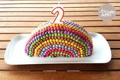 Gâteau d'anniversaire Arc en Ciel au yaourt et aux fraises. Réalisé en Smarties, il est très facile à réaliser, original et coloré.