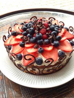 Hej alle :) Her den sidste uges tid har jeg gået og forberedt, at jeg skulle lave denne kage idag. Jeg har bagt den, da jeg skulle deltage i en