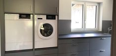 Hauswirtschaftsraum mit erhöter Waschmaschine & Trockner Stacked Washer Dryer, Washer And Dryer, Washing Machine, Laundry, Home Appliances, Custom Kitchens, Made To Measure Furniture, Carpentry, Home Architect