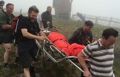 This photo shows Asian man being rescued by mountaineers from Scotland.