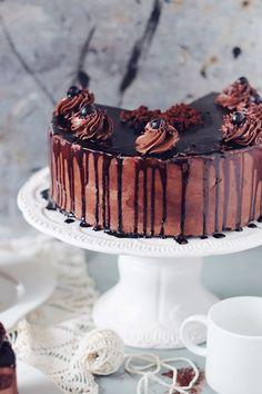 Tort amandina, cu blat de cacao, sirop de rom si crema de unt Unt, Something Sweet, Cheesecake, Goodies, Sweets, Baking, Desserts, Whimsical, Recipes