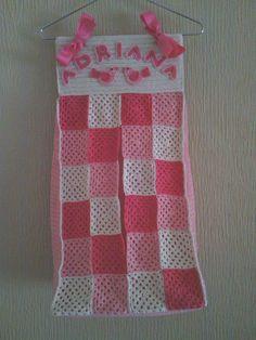 Bonito porta-pañales personalizado, hecho a crochet, diseño granny square.