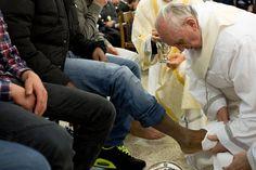 El Papa realizó el tradicional lavado de pies en un correccional de menores