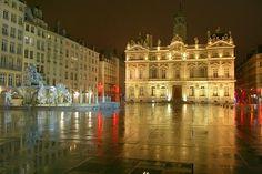 Un lieu incontournable à #Lyon :  Place des terreaux