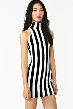 This dress has multiple vertical lines. this elongates the body and makes it appear tall and thin. I don't think of wear this dress only because its a little too bold and teetering on strange.