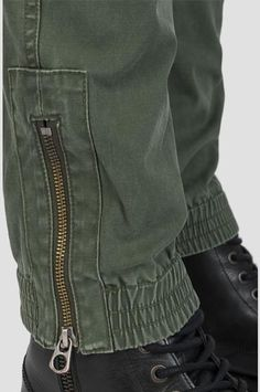 Pantalón chino jogger de sarga elástica Chino Joggers, Mens Joggers, Jogger Pants, Gents Fashion, Tactical Pants, Boys Pants, Denim Jeans Men, Fashion Details, Boy Outfits