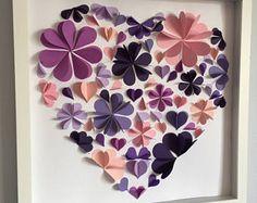 Ces fleurs belle et colorées sera tout simplement parfaits dans votre pièce de maison ou les petites filles. Que ce soit pour célébrer un amour pour les fleurs ou pour ajouter une touche personnelle, offrez-vous, ou quelquun que vous aimez avec cette œuvre d'art unique. Cette conception a été faite avec amour à laide dune sélection de nombreux papiers différents. Chaque conception aura sa propre combinaison unique de papiers matières peuvent varier de temps en temps. Chaque pièce de papier…