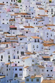 colgado de un barranco, vive mi pueblo blanco..... spain
