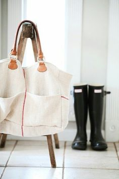 grain sack bag and hunter boots. Vintage Crystal Chandelier, Sack Bag, Linen Bag, Linen Cloth, Big Bags, Mode Style, Beautiful Bags, Hunter Boots, Bag Making