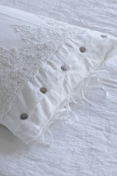 Arte Pura Pillow Arte Pura Pillow The most beautiful picture for linen bed ideas diy . - Arte Pura Pillow Arte Pura Pillow The most beautiful picture for linen bed ideas diy that fits your - Sewing Pillows, Linen Pillows, Linen Fabric, Cushions, White Cottage, Shabby Cottage, Lace Bedding, Linens And Lace, Fine Linens