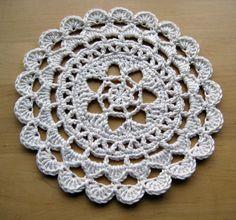 Pretty Passion Flower Doily - free pattern in dk weight yarn ༺✿ƬⱤღ  http://www.pinterest.com/teretegui/✿༻