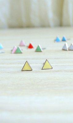 18 K Gold kleine Dreieck Ohrringe weiche gelb von laplumeblanche