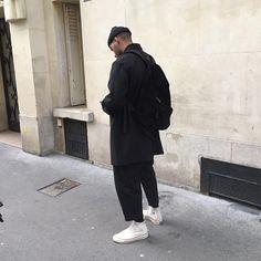 黒いワイドテーパードパンツには白のチャックテイラーがよく似合う。