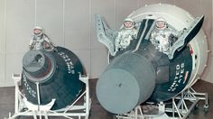 original caption: Incredible photo of the Mercury (left) and Gemini (right) space capsules. The missions that jumpstarted the American space exploration program! Apollo Space Program, Nasa Space Program, Project Gemini, American Space, Air Space, Space Age, Science Fiction, Nasa Missions, Nasa History