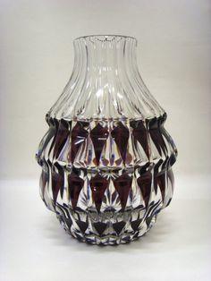 """Salle des ventes ABC : VAL ST LAMBERT, Vase en cristal taillé et doublé prune du Val St Lambert, référence """"Horus"""" catalogué en 1958, hauteur 27 cm"""