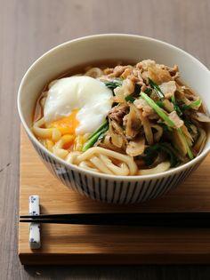 すき焼き風に甘辛く煮た豚肉とごぼうをのせました。たんぱく質に糖質源、緑黄色野菜と食物繊維が一度にとれるお腹も体も満たされるうどんです。具を作り置きしておけば、にらを食べる直前に加えるだけで、すぐに食べられます。 Japanese Noodle Dish, Japanese Dishes, Japanese Food, Cooking Pork Roast, Asian Recipes, Ethnic Recipes, Ramen, Aesthetic Food, International Recipes