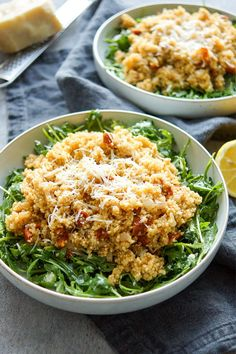 Dieser Rucola-Salat mit warmem Quinoa verbindet einige meiner Lieblingszutaten: Quinoa, getrocknete Tomaten, Zitronensaft, junger Rucola und Parmesan. Der Salat kann auch gut mit zur Arbeit genommen werden. Komplett glutenfrei und schnell gemacht! Einfache, Schnelle Rezepte aus frischen Zutaten, Elle Republic