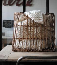 Ce panier en rotin de forme rectangulaire sera parfait pour y stocker des plaids, du bois, des jouets...  Dimensions : 47 x 31 x h41cm