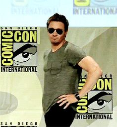 Jeremy Renner acting sexy at 2014 SDCC