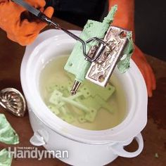 Painting: How to Paint a Room Fast Painting tips and clean up short cuts. How to Remove Paint From Hardware - DIY Once a door! Painting tips. Do It Yourself Design, Do It Yourself Inspiration, Do It Yourself Home, Creative Inspiration, Diy Cleaning Products, Cleaning Hacks, Cleaning Solutions, Deep Cleaning, Cleaning Supplies