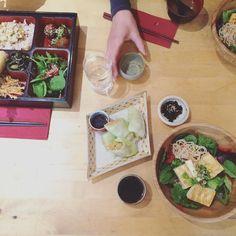 Fazia tempos que eu queria provar a comida do Itadaki Zen um restaurante japonês totalmente vegano (tiveram o cuidado de selecionar até vinhos veganos!). O cardápio do almoço é curtinho mas deu pra me deliciar com um donburi (arroz integral com legumes e tofu) folhas de repolho recheadas com legumes e okara e o que mais me surpreendeu pudim de gergelim com calda de caramelo e creme de tofu. A sobremesa era extremamente delicada doce na medida certa e lembrava um pouco nosso tradicional pudim…