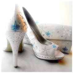 Beautiful wedding shoes.... Wow! ----- Wedding Shoes and purse painted snowflakes Fleur de by norakaren, $375.00