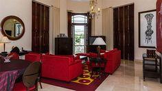 Con una categoria de 5 estrellas, el Hotel Saratoga es una elegante edificación de estilo ecléctico, ubicada en un lugar privilegiado de La Habana Vieja, frente al Capitolio Nacional, la Fábrica de Tabacos Partagás y el antiguo Centro Gallego, en la actualidad el Gran Teatro de La Habana.