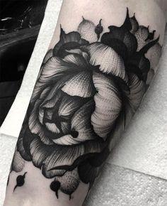 Kelly Violet (aka Kelly Violence) est une artiste tatoueuse qui évolue dans le milieu depuis 15 ans déjà. Elle a commencé à seulement 19 ans, sans apprenti
