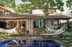 Casa caiçara reformada ganha varanda de frente para a praia