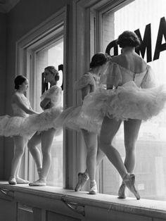 Ballerina's op vensterbank in oefenruimte van George Balanchine's School of American Ballet Fotoprint van Alfred Eisenstaedt bij AllPosters.nl