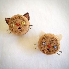 いいね!41件、コメント3件 ― Mamiko Kataokaさん(@mamenekosennin)のInstagramアカウント: 「コルクネコバッチnew! 印字をそのまま生かした2匹。#猫々しいモノ展 に追加予定。 #kataokamamiko_art #corkdoll #コルク人形 #片岡まみこ」