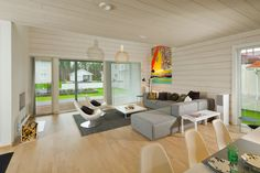 Valoisa koti on täynnä kotimaista designia: Seppo Kohon Octo-valaisin ja Marimekon Ho Hoi! -kankaasta tehty taulu koristavat olohuonetta. Hirret on käsitelty Osmo Colorin puuvahalla. Pientalo ja piha 5/2015
