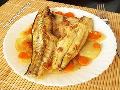 Receta de lubina a la naranja, cocinada al horno con patatas. Plato de pescado sano y fácil.