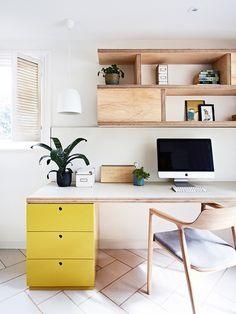 home office de madeira clara e gaveteiro amarelo
