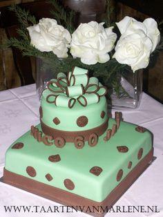 60 jaar oud:  Vierkant 25 en rond 15 cm.  Vulling luxe aardbeien boter crème met verse stukjes aardbei en aardbeien jam.