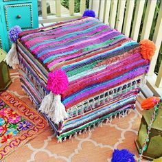 Mark Montano: No-Sew Rag Rug Ottoman Makeover – kilim Rugs Rideaux Boho, Wooden Painting, Diy Ottoman, Fabric Glue, Old Clothes, Easy Diy Projects, Weaving Projects, Boho Hippie, Craft Videos