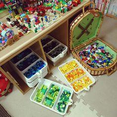 子どもの想像力を伸ばしてくれるレゴブロック。大きくなるにつれて大きな作品を作ることもできます。そこで困るのが収納です。たくさんのカラーや、パーツがあり、散らかると悲惨なことに……というわけで今回は、ぜひ参考にしていただきたい、RoomClipユーザーさんのレゴ収納についてご紹介したいと思います。
