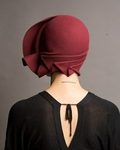 Vintage burgundy hand draped cloche hat by on Etsy. - Looks windswept! Vintage Outfits, Vintage Fashion, Dress Vintage, 1930s Fashion, Vintage Shoes, Victorian Fashion, Fashion Accessories, Hair Accessories, Mode Chic