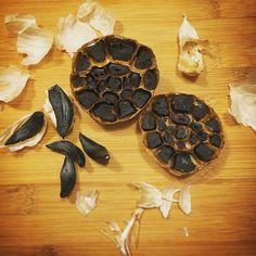 NEDEN SİYAH SARIMSAK? Siyah sarımsak kokusuzdur bu nedenle çiğ olarak sarımsağı tüketebilmemizi ve sarımsağın faydalarından maksimum düzeyde faydalanmamızı sağlar...💪👏👍www.siyahsarimsak.com.tr